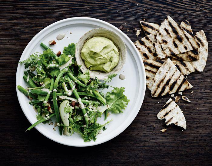 Hummus, grøn bønnesalat og grillede tortillachips - mums! - Måltid