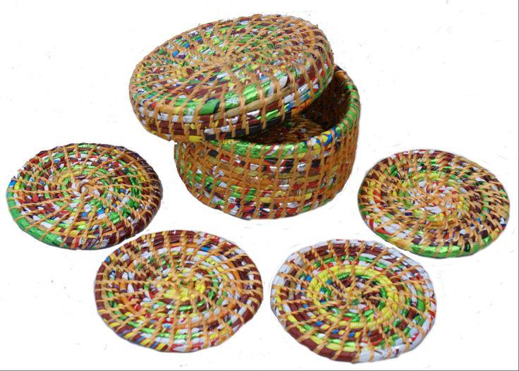 Mandje met onderzetters gemaakt van gerecyclede chips-zakken in Nepal www.kleurrijknepal.nl