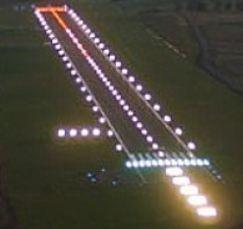Landingsbaan met strepen en verlichting voor afstandbestuurbare vliegtuigjes Peter