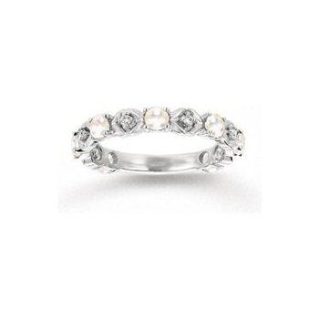 I would love this as my wedding band, but in yellow gold. And my engagement ring, a marquis diamond with a filigree setting <3