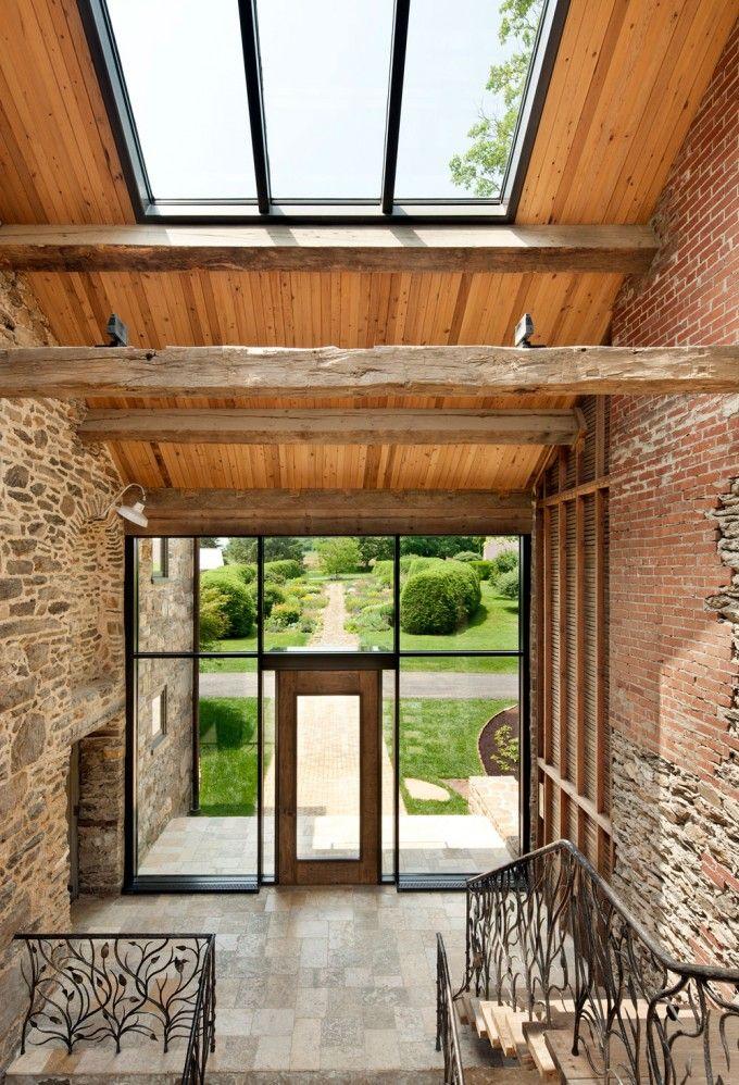ook  warme materialen, veel lichtinval mede door schuin dak