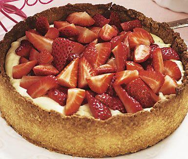 Ett tjusigt recept på jordgubbs- och mandeltartelette att servera till efterrätt. Du gör tårtan av bland annat mjöl, socker, smör, ägg, mandelmassa, grädde och jordgubbar. Somrig och härlig!