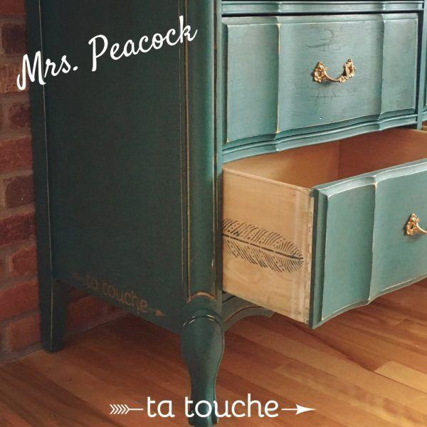 Commode turquoise avec pochoir de plumes de paon sur tiroir par ta touche relooking de meubles (atelier situé à Chambly)