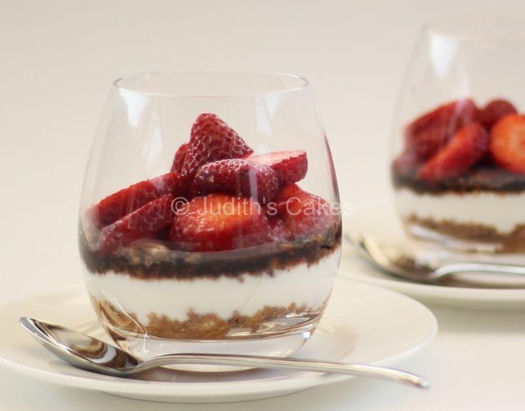 Gebak eten doe je niet elke dag. Daarom vandaag een dessert; lekker, makkelijken gezond. De aardbeien liggen nog steeds in de winkel, dus daar moeten we nog even gebruik van maken.