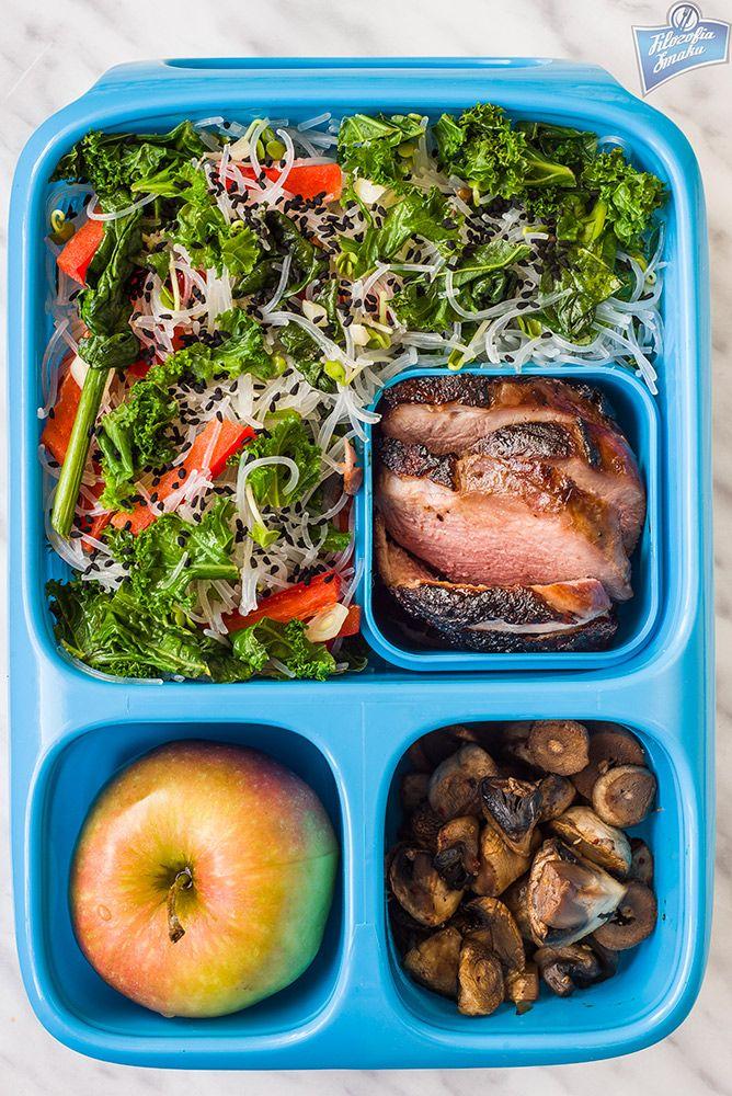 Makaron ryżowy z warzywami, pieczona pierś kaczki, pieczarki z sosem sojowym, jabłko