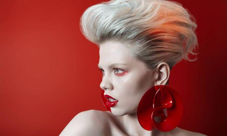 O poder do vermelho nos lábios a gente já conhece — ainda bem! Mas deslocá-lo para os olhos ainda é novidade para muita gente. Se na maquiagem os tempos de austeridade abrem espaço para exageros, então o timing é perfeito para se jogar nessa experimentação mais ousada. Aqui, o cabelão com muito volume faz bonito com os lábios laqueados.