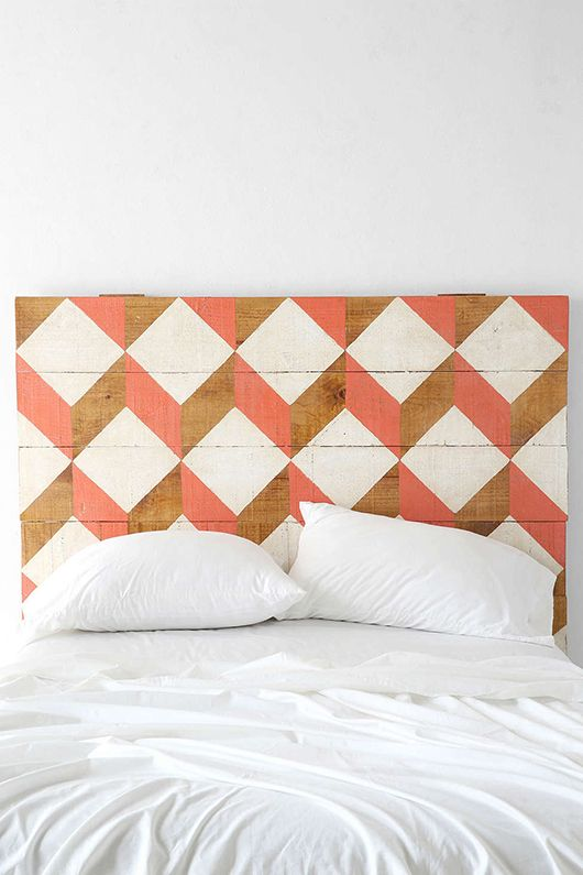 DIY wood Headboard : Quelques planches de bois, de la peinture et un pochoir et voilà une magnifique tête de lit graphique, personnalisée, design, pour votre chambre. #Home decor, #bedroom #DIY