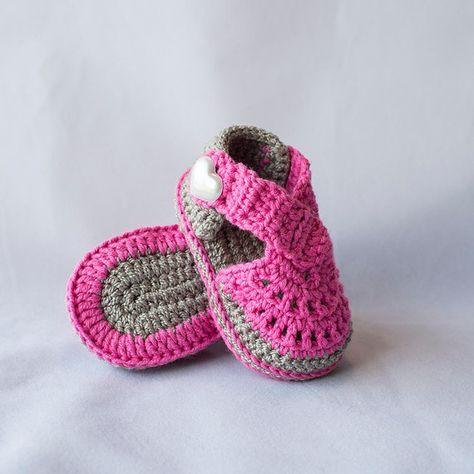 Au crochet, sandales bébé, sandales pour bébé fille, chaussons fille, chaussures fille, sandales pour bébé fille, chaussures bébé d'été, chaussures de plage de bébé, chaussures de printemps. Ces adorables, double semelle sandales sont le complément parfait à de votre tout-petit garde-robe. Chaque paire est à la main au crochet avec beaucoup de beaux détails. Fait avec du fil de coton et acrylique. Boutons de nacre coeur pour la sangle de côté afin quils peuvent rester sur les pieds des…