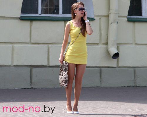 Уличная мода в Гомеле. Последние мгновения весны (наряды и образы на фото: желтое мини-платье, белые туфли, солнцезащитные очки, телесные прозрачные колготки, часы)