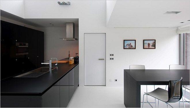 zwarte keuken met witte muren en vloer  #kitchen
