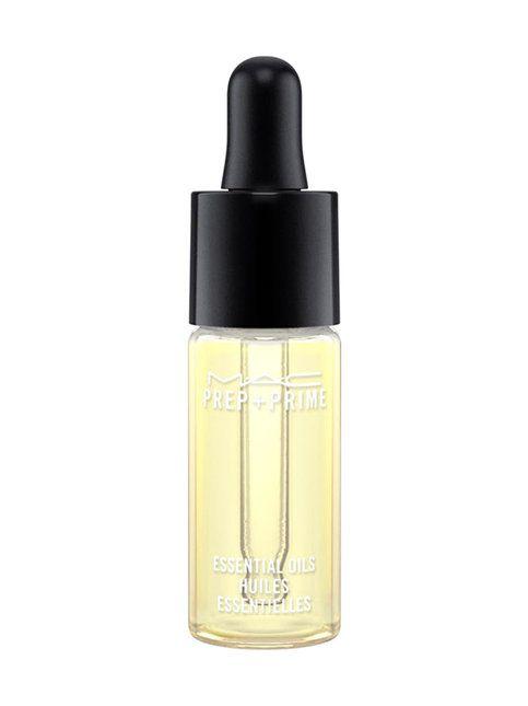 Yuzusta eli aasialaisesta sitrushedelmästä johdettu Prep + Prime Essential Oils sisältää neljä täyteläistä ja hoitavaa kasviöljyä. Kasvipohjaisten ainesten parantava tasapaino puhdistaa ja rauhoittaa.  Käyttö: <br> Levitä iholle puhdistuksen jälkeen, ennen muita ihonhoitotuotteita. Saadaksesi hoitavan tehosteen ihollesi, sekoita Prep + Prime Eseential Oils -tuotetta M·A·C:in meikkivoiteisiin, kosteusvoiteisiin ja voiteisiin.