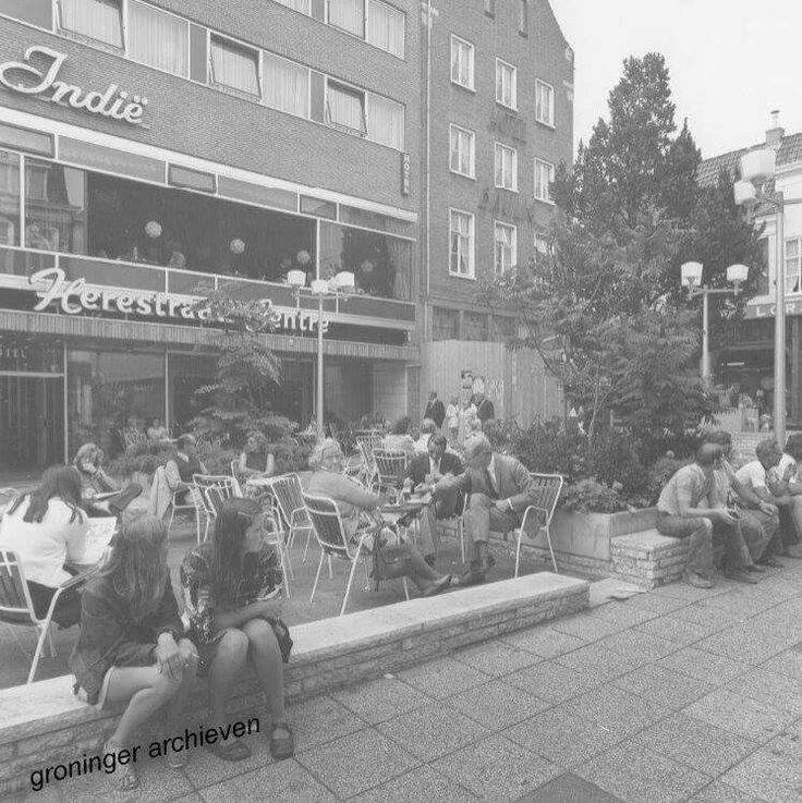 Herestraat 77, terras voor café/restaurant/hotel Indië, 1977