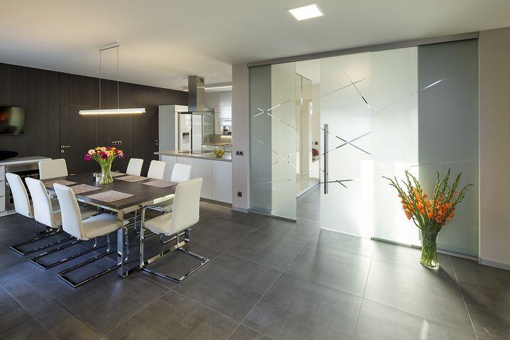 Naše realizace posuvného systému JAP s pískovaným sklem, projasnila celý interiér#sklo#design#interier#bydleni#house#pískovanésklo#sandblasted#doors#dveře#door#modern#pocketdoors#glassdoors#glasswall