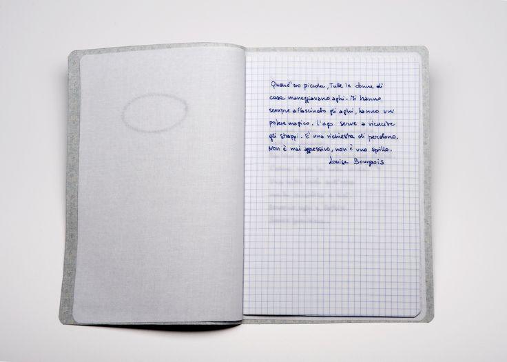 Sabrina Mezzaqui – Cucire (A.A.) 2014 – Ricamo su tessuto, teca di vetro (da Antonella Anedda, Salva con nome, ed. Mondadori) 28 x 34 x 5 cm – Foto Rino Canobbi – Courtesy Passaggi Arte Contemporanea, Pisa