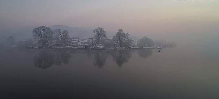 Πάνω απο την παγωμένη λίμνη των Ιωαννίνων -Μοναδικό Αγγελοπουλικό τοπίο [βίντεο]