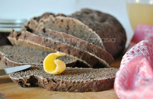 Avete presente il pane nero, quello venduto già tagliato a fette, buonissimo a colazione... Io ho provato a realizzarlo, Il risultato? Mooolto soddisfacente