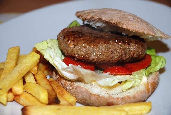 Hamburger a modo mio: Un hamburger fatto in casa con carne magra, pomodori e lattuga conditi con olio di oliva e sale invece che maionese e ketchup ed un panino fatto in casa, più simile a una pita che non a un panino dolce