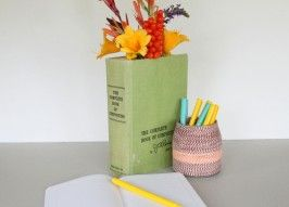 DIY: Vintage Book Vase: Vintage Books, Babyandbump Pregnancy, Books Vase, Crafts Ideas, Cool Ideas, Clever Ideas, Diy Books, Peaches Sangria Recipes, Books Crafts