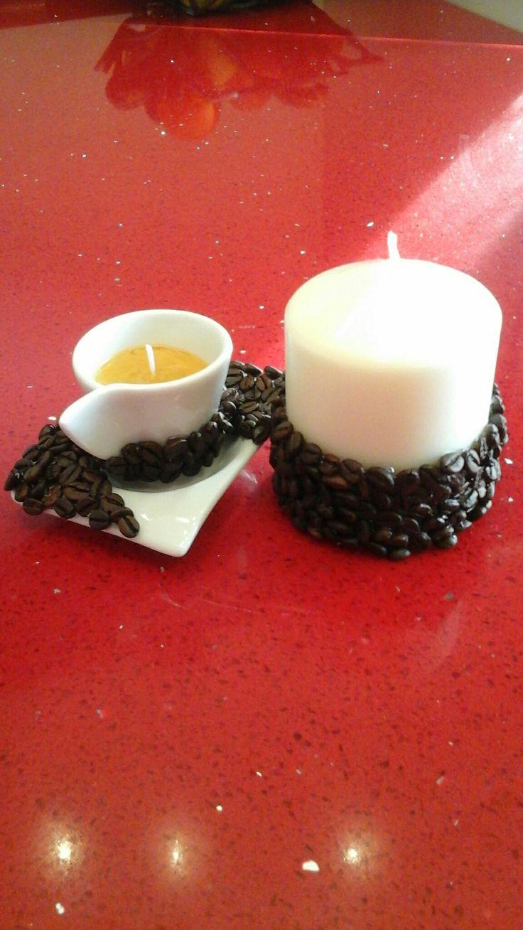 Candela rivestita con chicchi di caffè e tazzina con piattino rivestiti di chicchi di caffè con all'interno  candela profumata fatta con lo strutto. Tutto realizzato da me