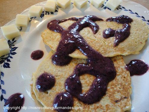 Suggestion de #déjeuner #santé pour en fin de semaine: des #crêpes à l'#avoine avec un #coulis aux #bleuets.