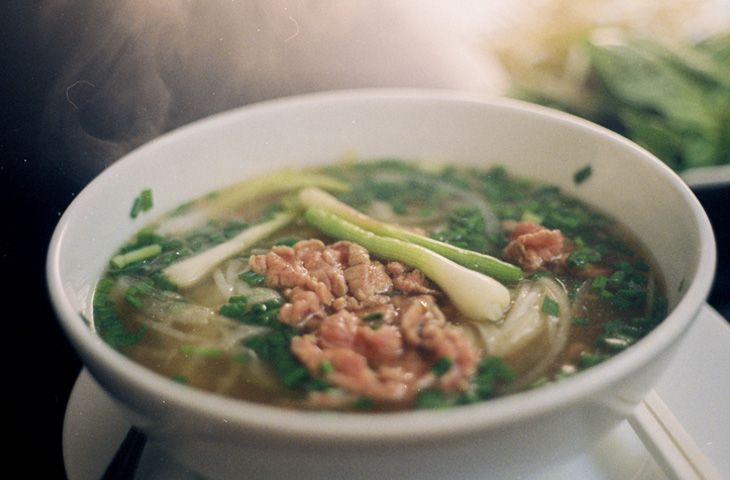 30 главных национальных блюд разных стран мира. Cуп с лапшой фо является одним из символов вьетнамской кухни. Лапша для супа, как правило, делается из рисовой муки, а перед подачей в суп  добавляется либо говядина, либо курица, либо жаренная рыба.
