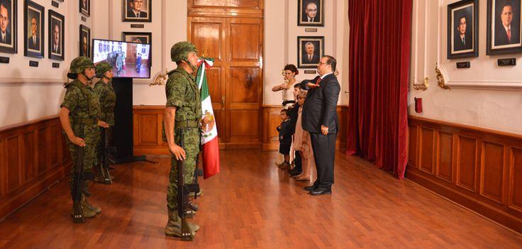 El mandatario recibió el lábaro patrio de manos de elementos de la 26º Zona Militar del Ejército Mexicano, para posteriormente evocar la arenga que el cura Miguel Hidalgo y Costilla dirigió hace 205 años al pueblo mexicano para iniciar el movimiento insurgente.