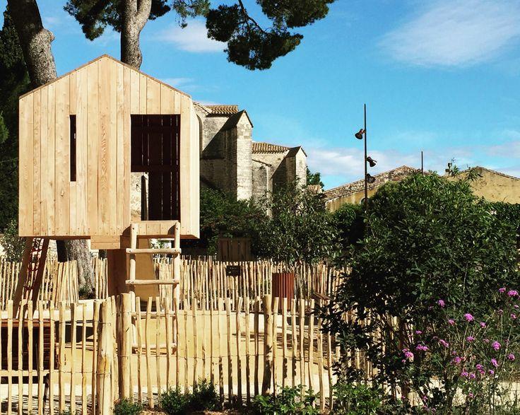 """Projet """"Promenade des Pins"""" à Calvisson (30) réalisé par Eskis Paysagistes & CoO Architectes.   #espacepublic #airedejeux #espacevégétal #placedevillage #cabane #paysagisme #urbanisme #architecture"""