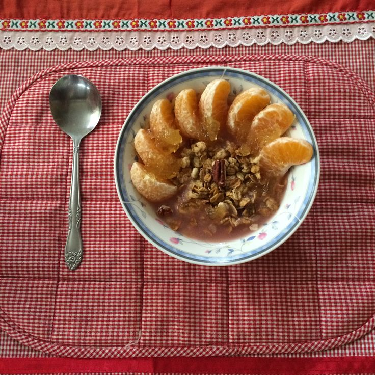 I always added some of fresh (or frozen) fruits to cheer up my bowl of breakkie with cereals, muesli, granola. This time concists of rolledoats, pecans and almonds and Mandarin tangerines. Oh yumm!