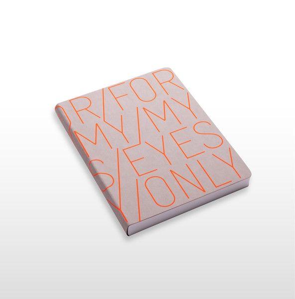 Notitieboek met kaft van gerecyclede jeans labels en zeefdruk motief. Eigenschappen: flexcover met ronde hoeken, met de hand bedrukte omslag (zijdezeefdruk), formaat 165 x 220 mm
