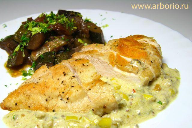 Фото к рецепту Сочные куриные грудки со сливочным соусом