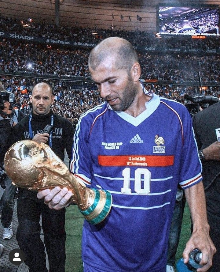 1998 World Cup Winners France Man Of The Match And Double Goalscorer Zinedine Zidane Holding The Cup Aloft To A H Soccer World Zinedine Zidane Football Images