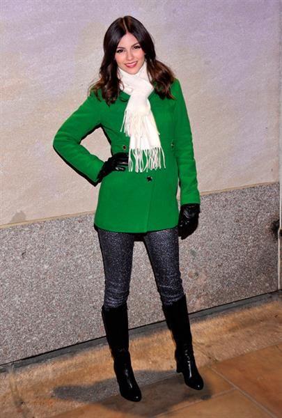 Виктория джастис зеленое платье