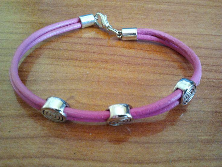 Pink leather bracelet with Zamak pulsera de cuero rosa con zamak