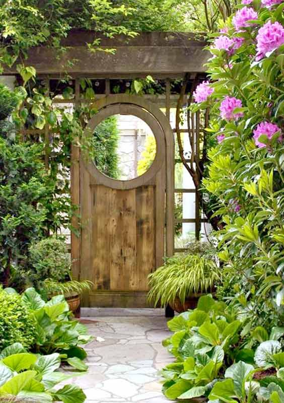 swinging outdoor entryway gate ideas | This one looks very Zen