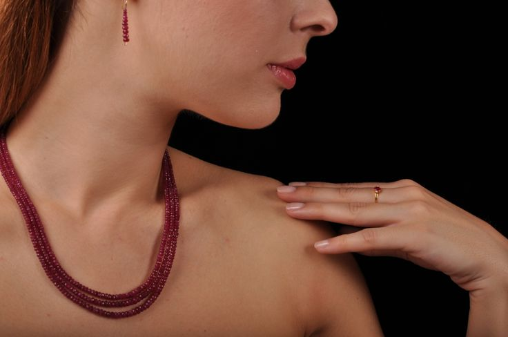 The power of Love: 3-string Ruby collier, 14K gold Ruby earrings and 18K gold Ruby ring with Diamonds