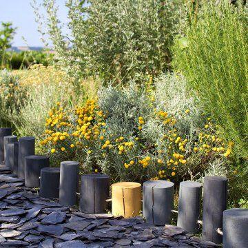 Une bordure de rondins pour le jardin - Marie Claire Idées