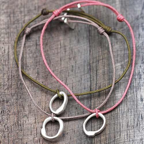 Bracelet lien, adorable charm's O irrégulier en argent mat satiné par Laurence Oppermann pour l'Atelier des Bijoux Créateurs.