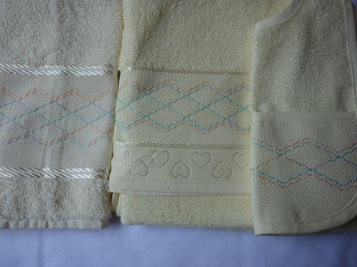 Enxoval de bebe - jogo detoalha de banho e de rosto e tecido felpa e bordado em vagonite Confeccionado por Maete Atelier www.facebook.com/maete.atelier