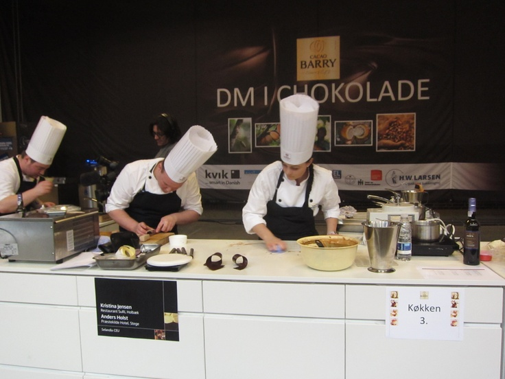 Kokkeeleverne til DM: tre timers overblik og koncentration blev til små chokoladekunstværker.