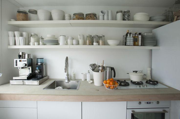 Gli scaffali a giorno sopra il lavello della cucina e il piano di lavoro sono una soluzione molto pratica - IKEA