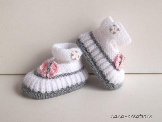 Chaussons bébé  tricotés main en laine layette forme babies blanc, papillon rose en coton ,0/3 mois.@nana-créations