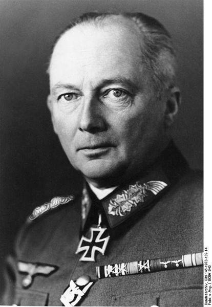 """Günther Adolf Ferdinand """"Hans"""" von Kluge (30-10-1882 / 17-8-1944). Militar alemán que sirvió en las dos Guerras Mundiales. No participó en La Operación Valquiria como su sobrino, pero conocía los detalles. Fue llamado a Berlín para reunirse con Hitler tras el golpe de estado fallido. Convencido de que Hitler le castigaría por conspiración (y por presuntos intentos de negociación con los Aliados según le habían dicho a Hitler, Himmler y Bormann. Se suicidó con cianuro en el avión que le…"""
