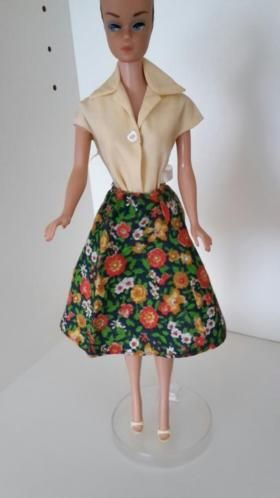 bd12a0b31ec Gebloemde rok, licht gele blouse met label, ot schoenen. | barbie vintage |  Pinterest - Gele blouse, Kleding set en Vintage kleding