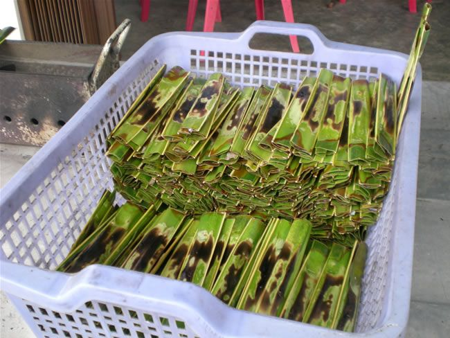 Otak-Otak is one of the specialties in the Riau Islands, in Batam, Tanjung Pinang, on the island as well as Biting. Anyway, wherever we eat, this confectionary never miss. Here there are two kinds of Otak-Otak are Otak-Otak made of fish and squid from the more spicy. Otak-Otak wrapped in coconut leaves which are green all the lidinya, which is then burned with fire.