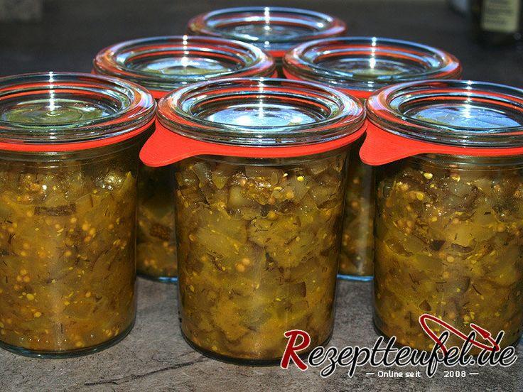 Gurkenrelish mit Kurkuma, Senfkörner und Dill. Das Relish wird in diesem Rezept in Gläser abgefüllt und eingekocht um die Haltbarkeit zu erhöhen