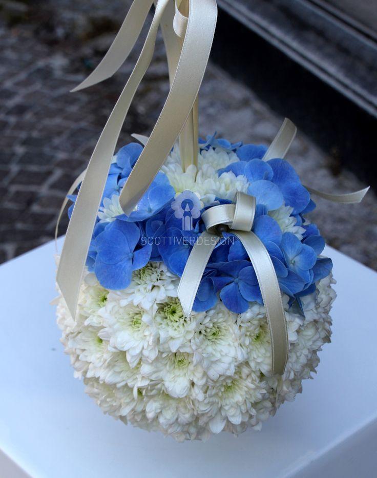 Sfera di fiori come variante al classico bouquet per la damigella
