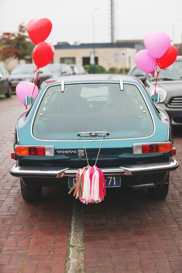 vertrek van de trouwauto bij het bruidspaar thuis