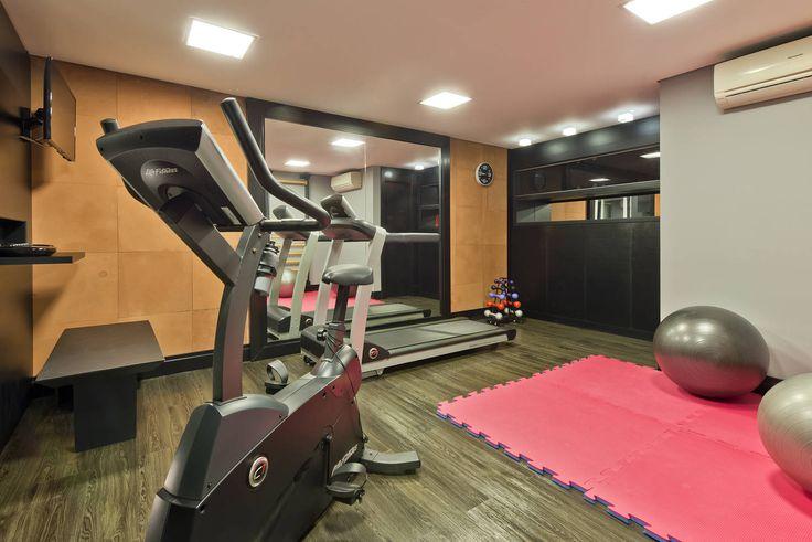 Residência  Vista Alegre  -Curitiba-PR: Fitness Moderno por Karin Brenner Arquitetura e Engenharia