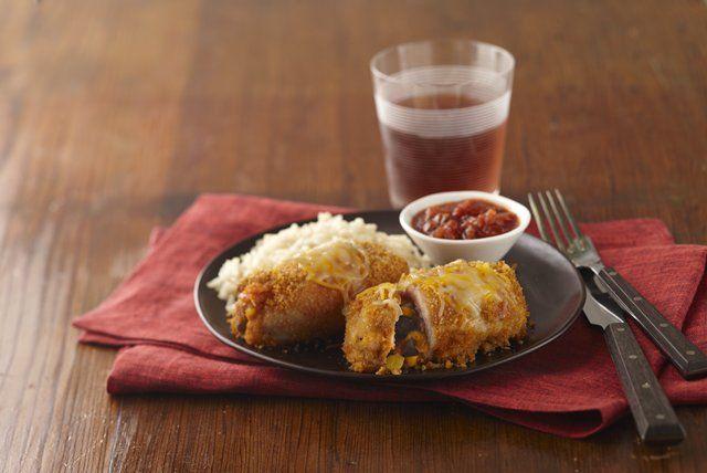 Ces paupiettes sont plus faciles à réaliser qu'on peut le penser à première vue. En fait, il s'agit simplement d'enrouler maïs, haricots, salsa et fromage fondu dans des morceaux de poulet pané. Vous y trouverez tout le bon goût des burritos, dans un plat cuit au four.
