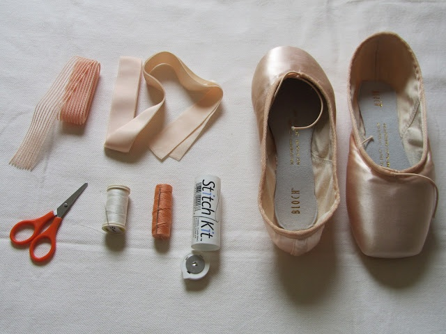Also has a link in the blog post to Lisa Howell sewing pointe shoes at an angle
